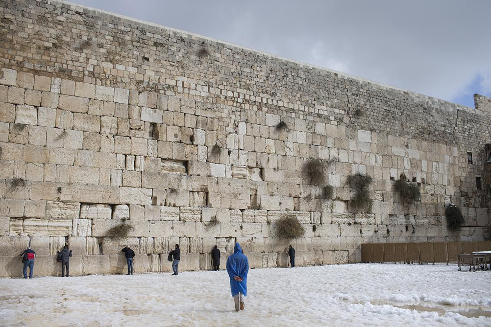 """Den sidste rest af muren omkring Det andet Tempel – Vestmuren eller """"Grædemuren"""". Israel - ung og ældgammel. Israel-Info"""