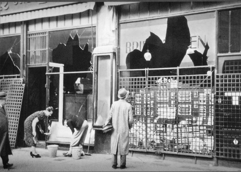 Knuste butiksruder i Berlin efter Krystalnatten 10. november 1938