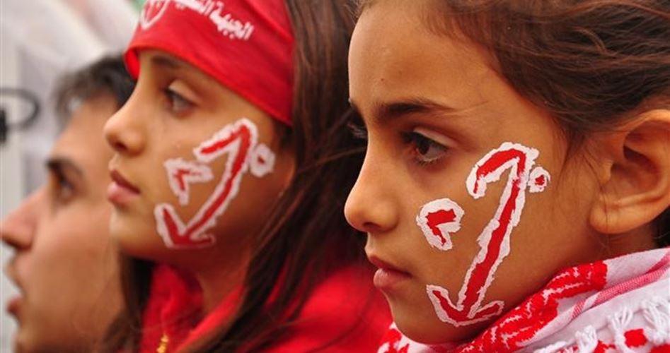 Børn med PFLP's logo malet på kinden til demonstration.