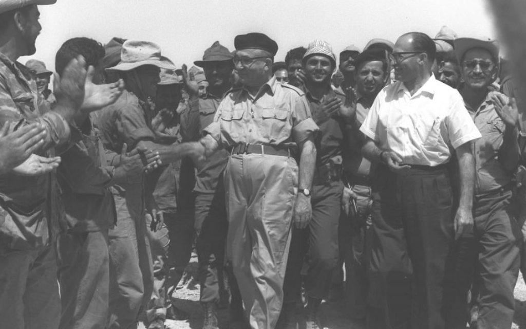 Daværende premierminister Levi Eskhol og fremtidige premierminister Menachem Begin hilser på soldater efter de havde erobret Sinaihalvøen under Seksdagskrigen i 1967. Israel-Info