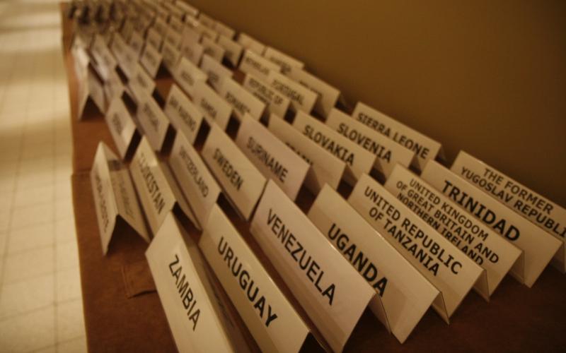 Navneskilte på medlemsstater samlet til ICC årsmøde. Israel-Info