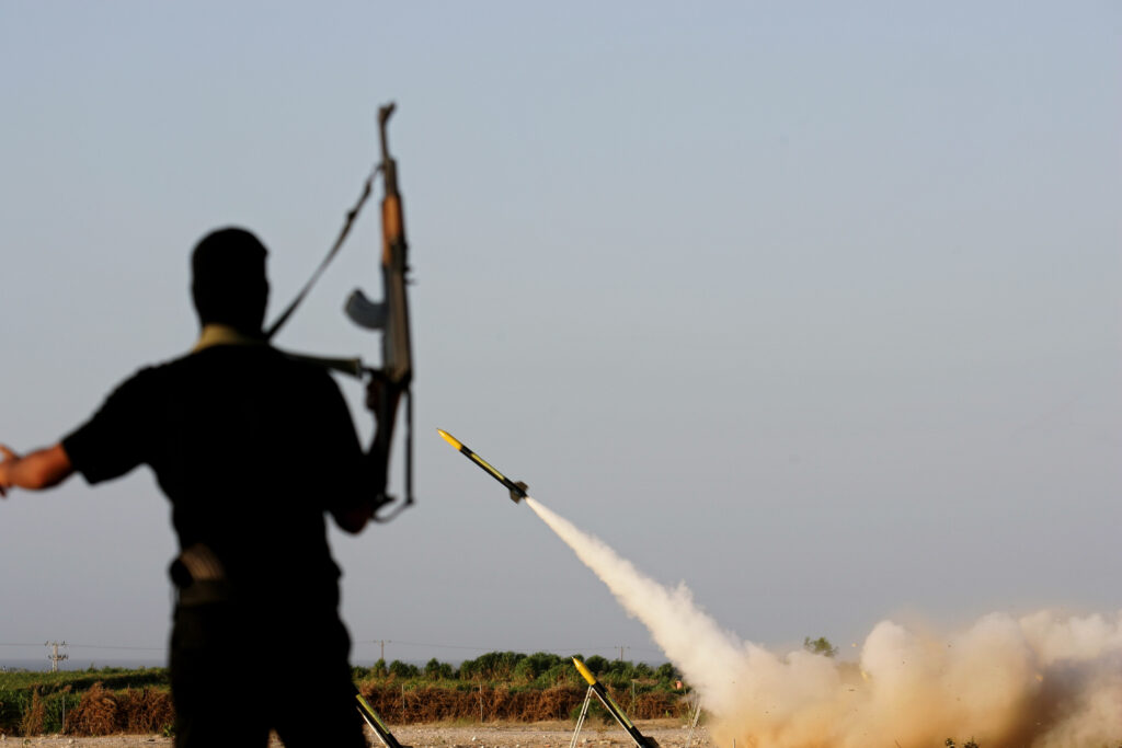 Islamic Jihad demonstrere Qassam raket som led i en styrkeopvisning. Israel-Info.(Photo by Abid Katib/Getty Images)