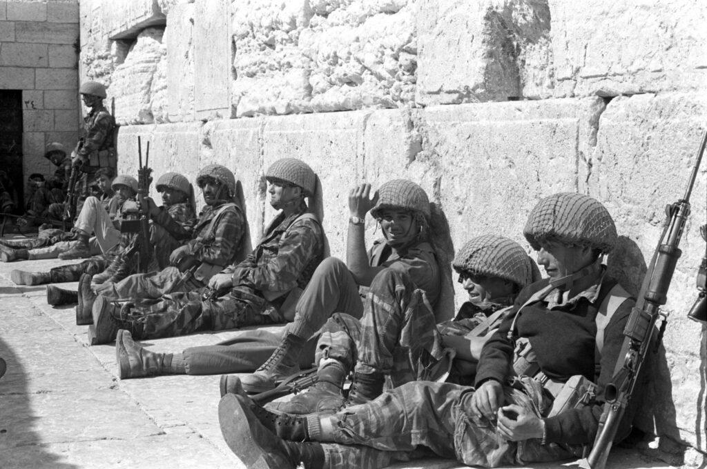 Israelske soldater hviler sig ved Grædemuren efter de har indtaget Jerusalem i 1967. Israel Info