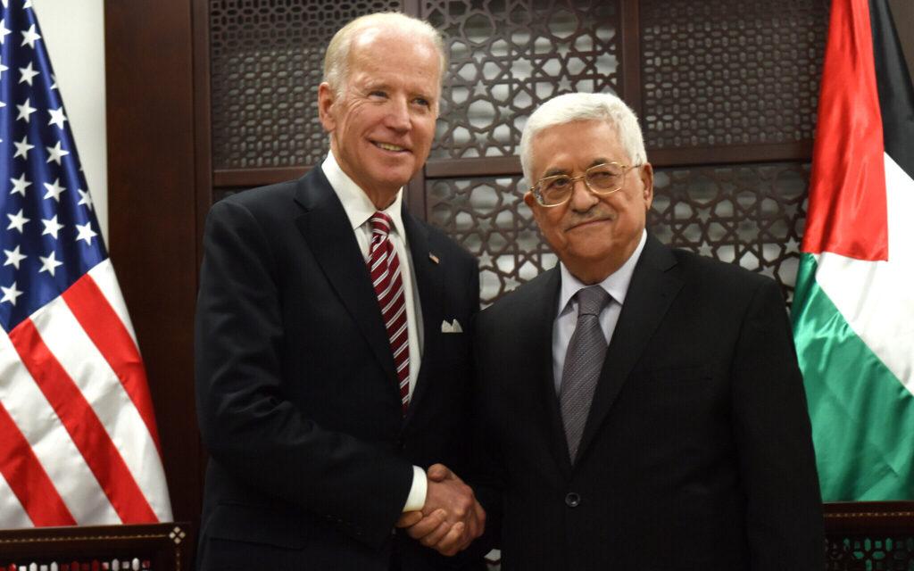 Daværende vicepræsident Joe Biden giver hånd til Mahmoud Abbas. Israel-Info
