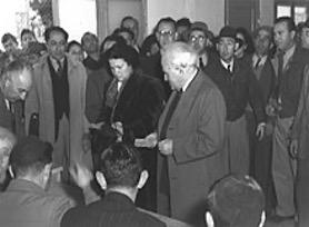Ben Gurion stemmer til den grundlovgivende forsamling. Israel Info