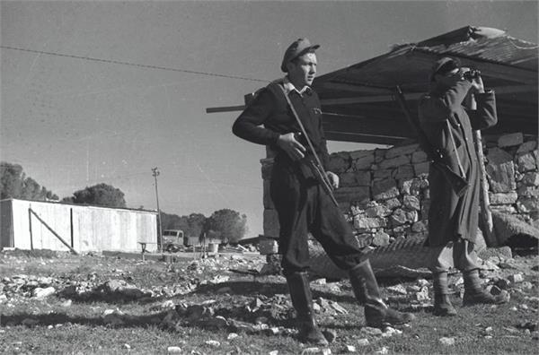 Historisk billede af bevæbnede mænd fra Kfar Ezion